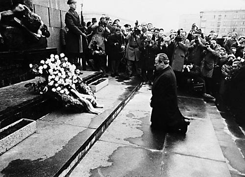 폴란드 바르샤바의 '게토 기념비' 앞에서 무릎 꿇고 사죄하는 빌리 브란트 독일 수상.