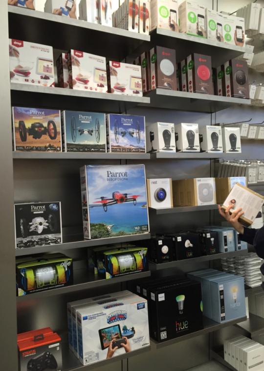 한 미국 애플스토어의 판매대. 각종 IoT제품을 전시해 팔고 있다. 드론, 웨어러블, 스마트램프 등이 보인다.