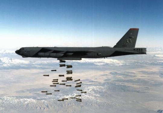 B52는 폭탄을 저렇게 떨어트릴 수 있는 폭격기다. 저런 녀석들이 94대나 핵탄두를 품고 하늘을 날아다닌다고 생각 해보라. 등골이 오싹하지 않은가?