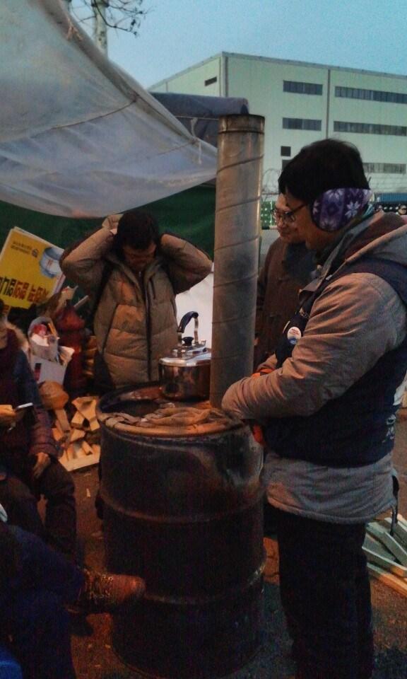 천막 앞에 놓인 난로. 한겨울 천막에 온기라고는 이 난로뿐이다. 천막을 지키는 사람들이 난로에 고구마를 굽는다. CC by 안똔