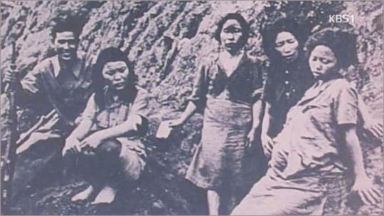 중국군 포로수용소에서 촬영된 일본군 '위안부'들. 오른쪽의 임신부가 젊은 날의 박영심 할머니다.