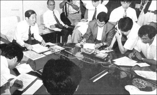 ▲ 1993년 슬롯머신 대부 정덕진 수사계획을 설명하고 있는 신승남 서울지검3차장 ⓒ 경향신문