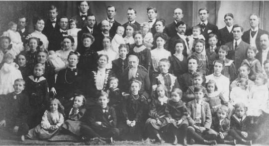 조셒 F. 스밑의 (일부다처) 가족. 몰몬초대교주 조셒 스밑 2세의 형 하이럼의 아들로서 몰몬교 제6대 수장이었던 그는 이혼/사별한 첫 아내를 비롯, 6명의 아내로부터 48명의 자녀를 얻어 대가족을 이뤘다.