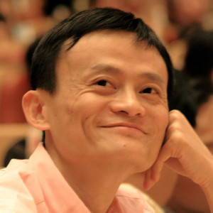 중국 최대 전자상거래 그룹의 CEO임에도 불구하고, 그는 정말 잘 웃는다.