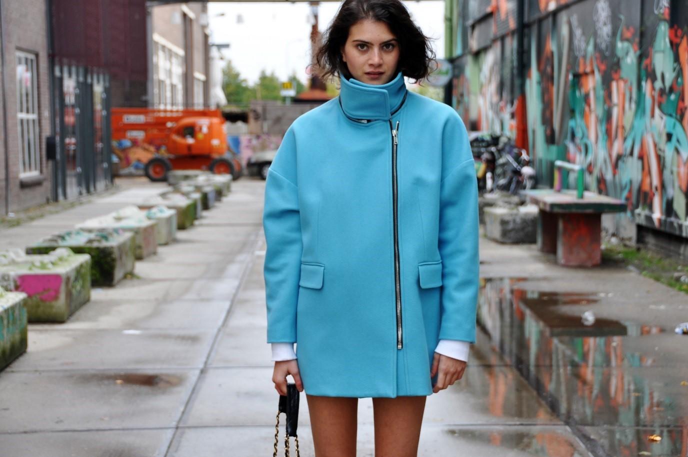 오버사이즈 코트의 예시. 옷선과 몸의 곡선이 따로 놀지만 그 느낌이 나쁘진 않다.