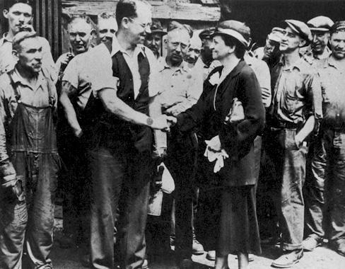 노동자와 악수를 나누고 있는 프란시스 퍼킨스