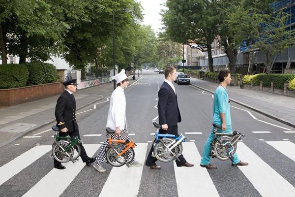 횡단보도를 건널 때는 자전거에서 내려 접은 다음, 자전거를 들고 건너는 예의를 보여주자.