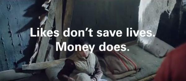 """""""좋아요로는 생명을 구할 수 없습니다. 돈으로 구할 수 있습니다."""" """"4유로의 돈으로 12명의 아이들에게 예방접종을 할 수 있습니다."""""""