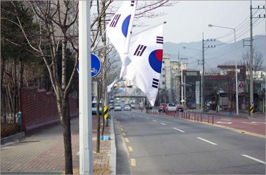삼일절을 앞둔 시내 거리 곳곳에 태극기가 걸려 있다. 2월 28일 구미.
