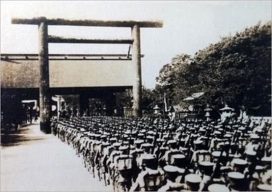 ▲ 야스쿠니 신사에 집단 참배하기 위해 도열한 일본 육군. ⓒ 민족문제연구소