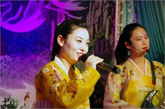 ▲ 상하이의 평양 옥류관 식당에서 우리는 음식을 먹으면서 북한식 가무 공연을 즐길 수 있었다.