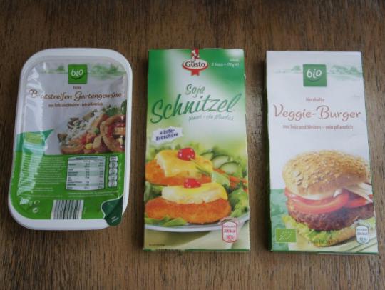 유기농 채소로 만들어진 야채, 콩으로 만든 돈까스, 유기농 콩과 곡류로 만든 햄버거