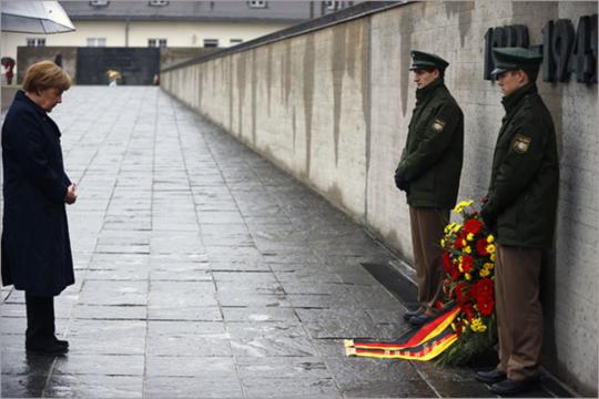 ▲ 나치 강제 집단수용소인 바이에른 주 다하우(Dachau) 수용소를 찾아 참배하고 있다. 출처:허핑턴 포스트