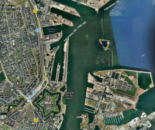 인어공주를 구하기 위해서는 먼저 트레크로너 요새를 돌파해야 합니다. 크레크로너 요새를 찾아 BoA요. 인어공주 상 바로 왼쪽의 별 모양이 바로 프레드릭 왕세자가 성벽에 올라 전투 상황을 지켜보던 코펜하겐 성채입니다.
