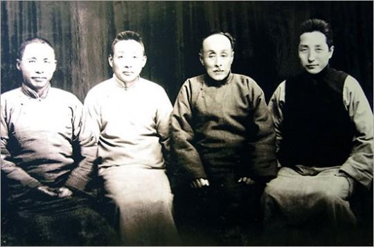▲ 자싱에서의 임정요인들과 저보성의 양아들 천동생(1933년). 왼쪽부터 김구, 천동생, 이동녕,엄항섭.