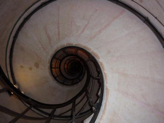 개선문 위로 올라가는 계단입니다. 상당히 높습니다. 뒤에서 다른 관광객들이 올라오는데 쉴 수도 없고, 굉장히 힘들던데요. 이건 제가 찍은 사진 아닙니다.