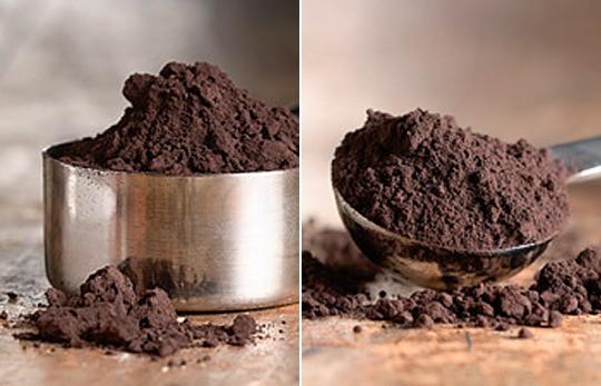 이것이 순수한 코코아 파우더입니다. 판 후스텐 방식은 코코아 버터를 짜내고 남은 것에 산을 넣어서 코코아 가루를 추출합니다. 그래서 이렇게 만든 코코아 가루를 흔히 dutch cocoa 라고 합니다.