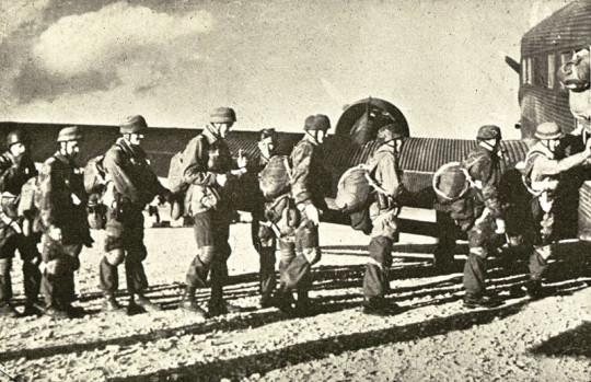 크레타 섬을 공격하기 위해 비행기에 탑승하는 독일군 공수부대. 1941년 5월.