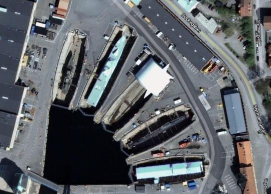 참고삼아 위성사진을 확대해보니, 현대의 칼스크로나 항구 조선소에서 뭔가 건조 중인데, 잠수함으로 보이는 것도 있고, 뭔가 프리깃함 같은 것도 있네요.