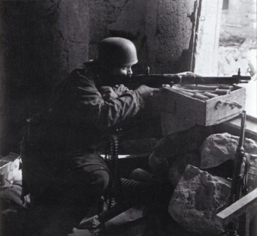 썩어도 준치: 독일군 공수부대 하사관이 진지에서 기관총을 쏘고 있다. 1944년 1월, 트레트너가 이끄는 제 4 공수사단은 제 1 공수사단과 함께 이탈리아 전선 방어에 투입되었다. 연합군은 이들이 자리잡은 카지노 산을 공격했지만, 무자비한 폭격과 대공세에도 이들을 쫓아낼 수 없었다 – 이 사진은 그 때 찍혀진 것이다. 결국 연합군은 16개 사단을 동원, 보급로를 위협한 끝에야 겨우 이들을 쫓아낼 수 있었다. 비록 강하는 포기했지만, 이들이 보여 준 무시무시한 전투력은 전설이 되기에 충분했다.