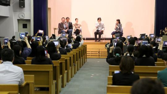 학교에서는 아이패드 미니와 액정 보호 필름을 지급했다. 학생들은 마음에 드는 커버를 씌우고, '소중한 기기'로 대하는 게 인상적이었다.