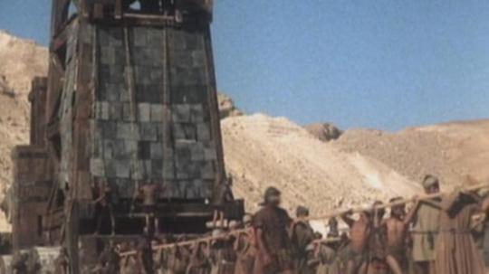 미니시리즈 '마사다'에 나오는 그 장갑 공성병기입니다. 이것보다 battering ram이 성벽을 공격하던 모습을 담은 사진을 찾고 싶었는데, 구글링을 아무리 해도 안나오더군요. 너무 오래된 영화라서 그런가 봐요 ?