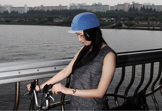 그래도 그놈의 '스타일' 때문에 헬멧을 쓰지 않겠다면, 차라리 최소한의 충격흡수라도 해줄 수 있는 기능성 모자라도 착용하길 바란다. 29CM에서는 모자 내부를 코르크로 마감해 충격을 흡수할 수 있는 모자를 판매한다. 3만 6백원