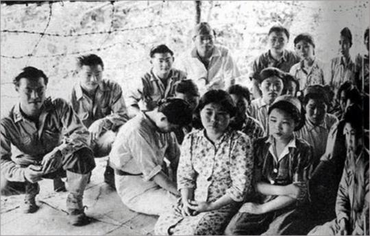 ▲ 미군 포로수용소에 수용된 '일본군 위안부'들. 일본은 이 전쟁범죄에 대한 책임을 부인하고 있다.