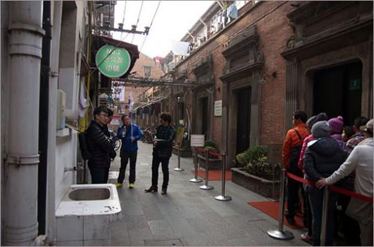 ▲ 상하이의 마지막 임정 청사 유적. 한국 관광객들이 줄을 서 입장을 대기하고 있다.