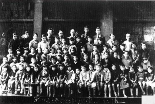 ▲ 청사 인근에는 대한교민단에서 한인 자제들의 교육을 위해 개설한 인성학교가 있었다.