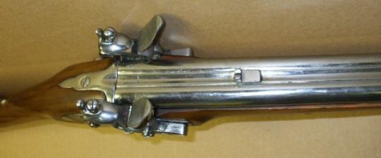 앙졸라의 무기, 2연발 플린트락입니다. 앙졸라는 집이 부자라서 이런 무기도 있나 봅니다.