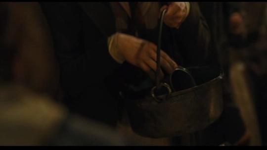 저건 도가니도 아니고 그냥 냄비 같은데, 거기에 금속제 컵을 집어 넣는구요 ? 그런데 그것이 정확한 고증이라는 거...