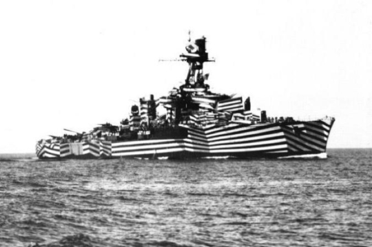 이 Razzle Dazzle이라는 기묘한 모양의 해군용 위장 무늬는 주로 잠수함의 관측으로부터 군함의 모양과 크기, 방향을 모호하게 보이게 만들기 위해 제1차 세계대전 중에 Norman Wilkinson이라는 영국 해군 장교에 의해 도입되었습니다. 다만 그 효과가 과연 어느 정도인지에 대해서는 끝까지 확실한 결론을 내지 못했다고 합니다.