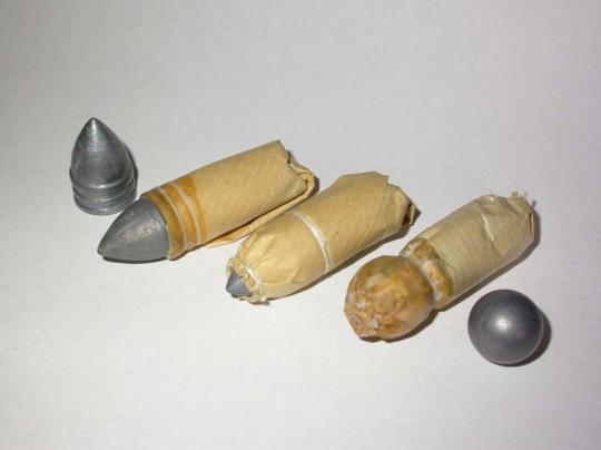 맨 오른쪽이 나폴레옹 및 레미제라블 시대의 탄약포입니다. 저 원뿔형 탄환이 든 탄약포는 후에 나온 미니에 Miniet 탄환입니다.