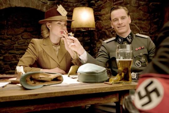 물론 이 영화에서 다들 최고로 뽑는 장면은 이 지하 술집 장면이지요. X맨 퍼스트 클라스에 매그니토로 나왔던 저 영국 배우 아저씨도 아주 매력적인데 의외로 잘 안 뜨대요 ?