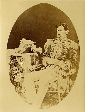 서구식 복장을 갖춘 메이지 천황의 사진 (1873)