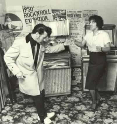 jukebox 앞에서의 1950년대 로큰롤 스피릿.