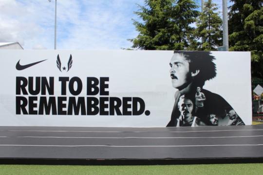 2012년 런던 올림픽을 앞두고, 미국 오레곤 주 유진에서 열린 'U.S. OLYMPIC TEAM TRIALS '에서 나이키가 선보였던 옥외광고. 나이키와 최초로 계약했던 육상 선수 – 스티브 프리폰테인(Steve Prefontaine)의 업적을 기념하고 있다.  ※ 이미지 출처 : Traveling Heart
