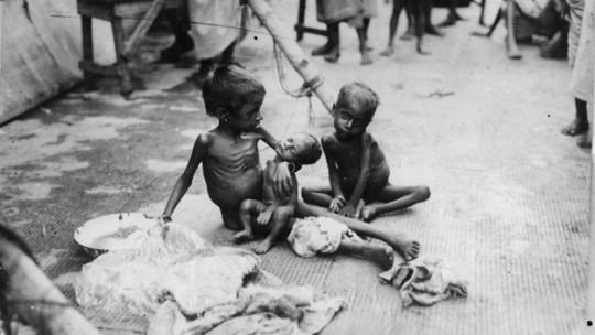 """""""1943년의 인도 벵갈 대기근"""", 영국의 곡물 수탈과 지원 거부로 약300만~700만 명의 인도인이 아사하였다. (http://www.boydom.com/2013/06/02/top-10-ways-world-war-ii-affected-india/)"""