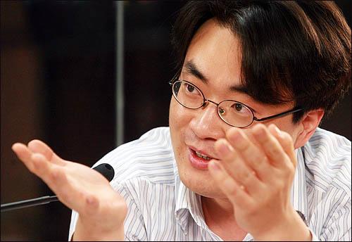 한국에서 가장 널리 알려진 미네르바의 이미지는 리먼 브라더스의 파산을 예측하며 인터넷 경제 대통령으로 떠오른 박대성 씨의 모습일 것이다. 출처: 오마이뉴스
