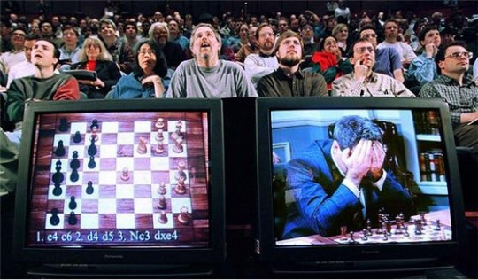 """1997년에 IBM이 개발한 인공지능 """"딥 블루""""가 체스 세계 챔피언인 게리 카스파로프에게서 승리를 거두는 모습 – 1.2"""