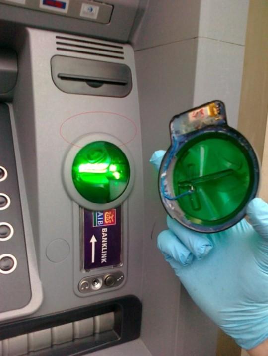 카드 복제 장치가 제거된 모습. 출처: http://sociable.co/technology/gardai-warn-of-sophisticated-aib-atm-skimming-scam-in-operation/attachment/removed-aib-atm-skimming-device/