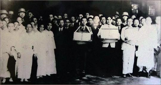 ▲ 3의사의 유골 봉환(1946.년 6월). 맨 오른쪽에 선 이가 백범 김구다. 경교장 전시 사진