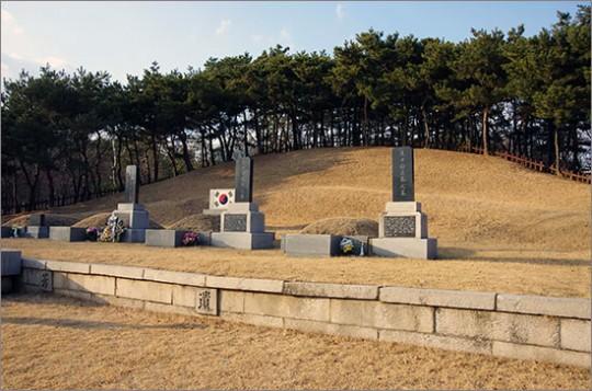 ▲ 3의사 묘역. 맨 왼쪽은 안중근 의사의 허묘. 동쪽으로 이봉창, 윤봉길, 백정기 의사의 묘가 나란하다.