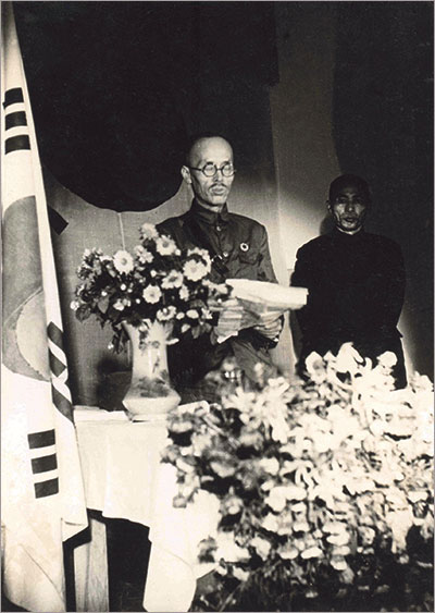 ▲ 광복군 성립 전례식의 이청천 장군. 오른쪽은 김구 주석.(1940. 9. 17.)