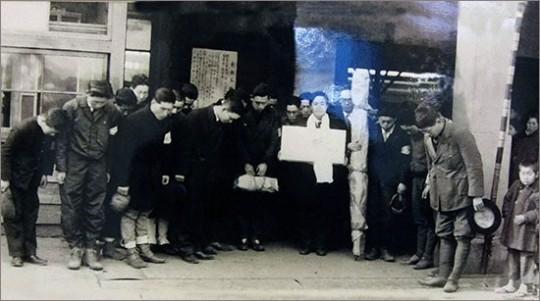 ▲ 조국으로 봉환되는 윤봉길 의사의 유해. 일본 가나자와역(1946. 3. 8.) 경교장 전시사진
