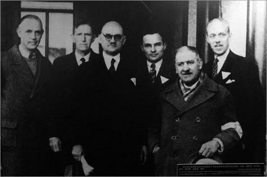 ▲ 5만의 일본군에 맞서 난징시민을 구해낸 국제위원회의 구성원들. 왼쪽에서 세 번째가 욘 라베다.