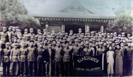 ▲ 1938년 김원봉은 항일 군사 조직인 '조선의용대'를 조직했다. 깃발 바로 뒤 중앙에 선 이가 김원봉이다.