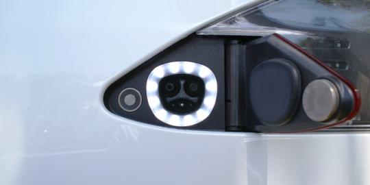 북미 및 일본에서 사용되는 테슬라 Model S 전용 충전 포트