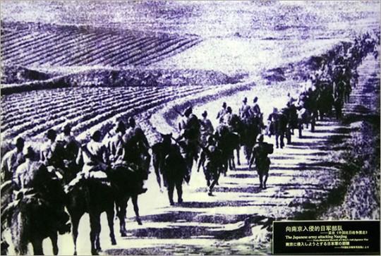▲ 난징으로 향하고 있는 일본군들. 일본군은 1937년 12월 13일 난징을 점령하고 천인공노할 대학살을 자행했다.